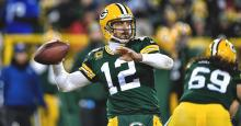 Aaron Rodgers lançant une hail mary
